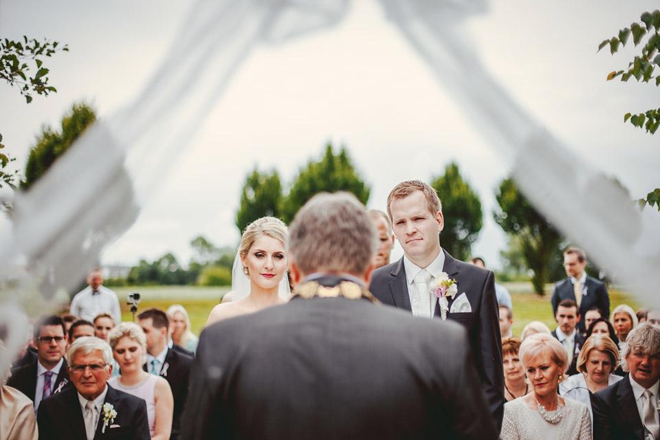 28-nevesta-a-zenich-u-svatebniho-obradu