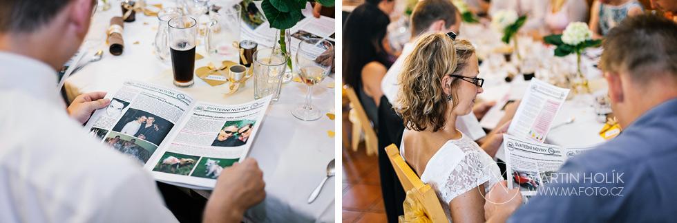hoste-si-prohlizeji-svatebni-noviny