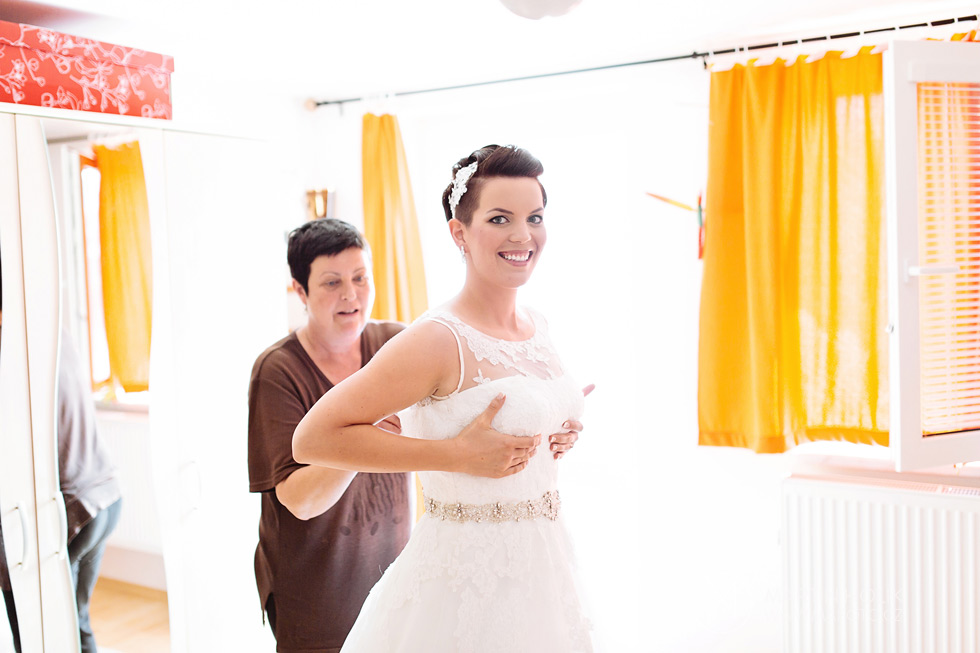 nevesta-si-obleka-svatebni-saty