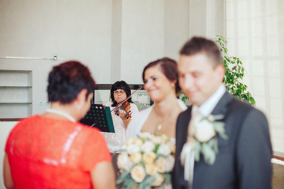 pani-houslistka-hraje-na-svatbe