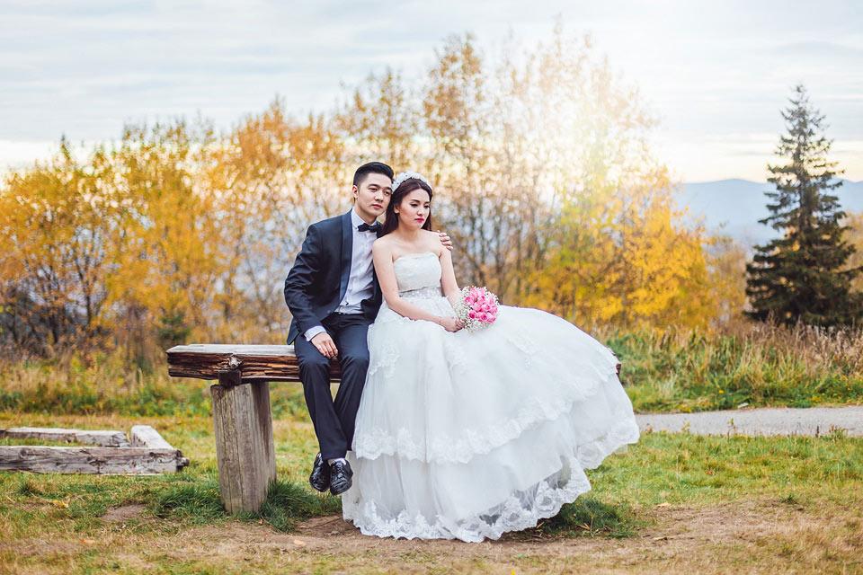 romanticka-svatebni-fotka-nevesty-a-zenicha-na-lavecce