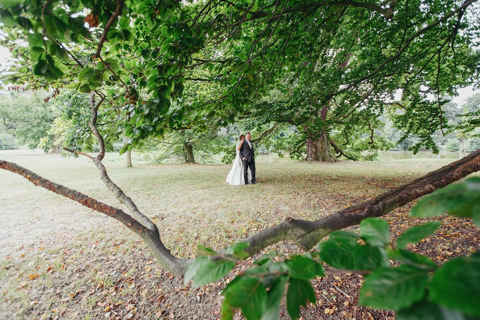svatebni-portret-v-parku-pod-stromy