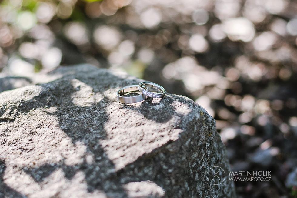 svatebni-prstynky-na-kameni