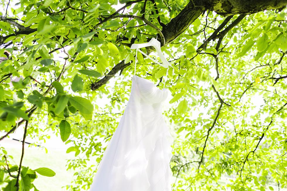 svatebni-saty-zavesene-na-strome