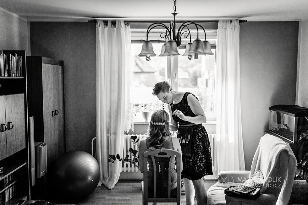 vizazistka-pripravuje-nevestu-na-jeji-velky-den