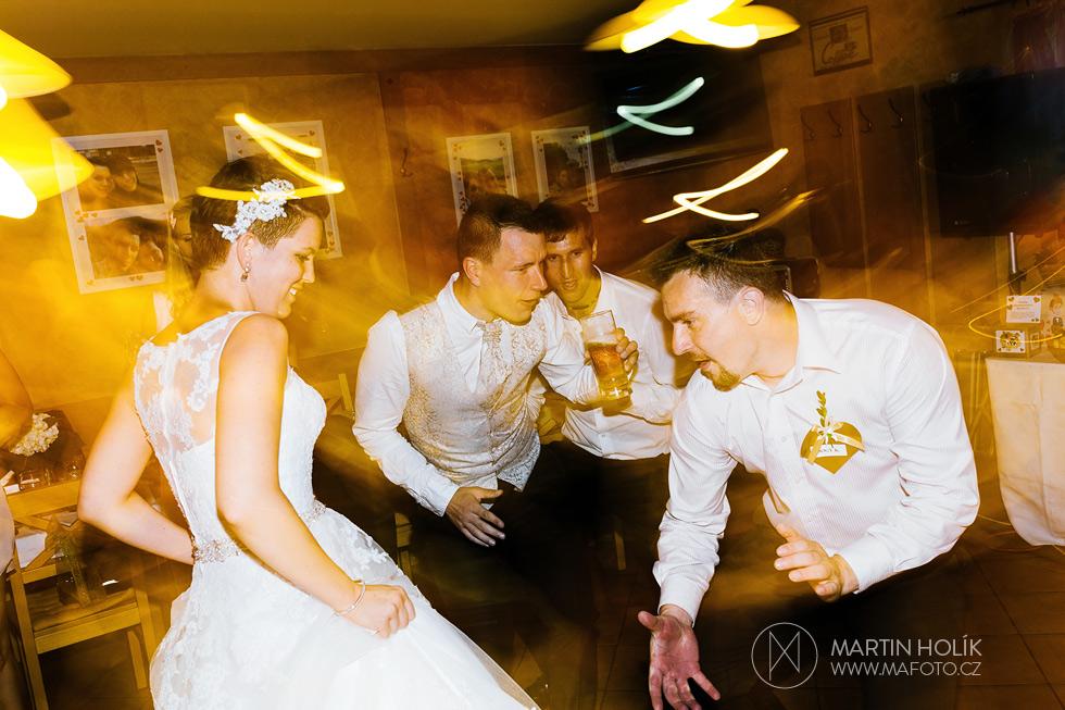 zenich-a-nevesta-si-uzivaji-svatebni-diskoteku
