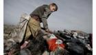 Malý chlapec těžce pracuje na albánské skládce