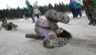 Romské děti si hrají v zimě na kopci