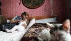 Romská babička si hraje s vnučkou