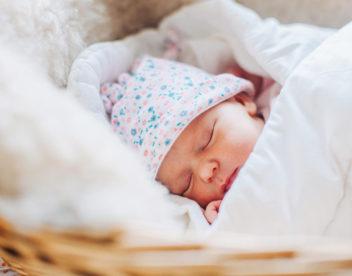 Fotografie miminka v košíku