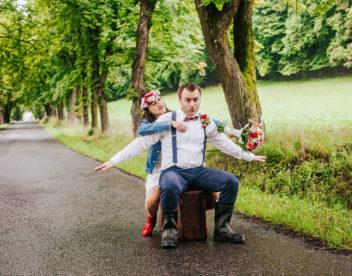 Veselá svatební fotografie za deště