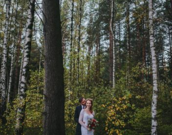 Ženich líbá nevěstu v lese