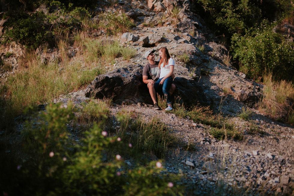 Zamilovaný pár sedí v lomu