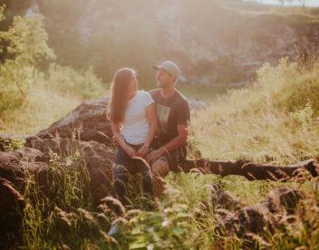 Zamilovaný pár si užívá západ slunce