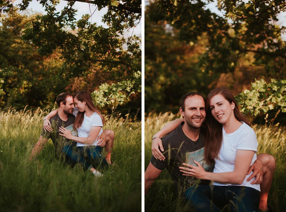 Fotografie zamilovaného páru pod stromem