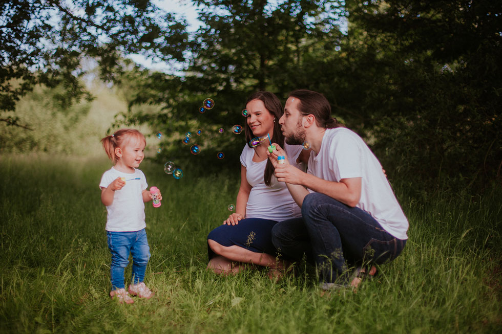 Rodinná fotografie s bublifukem v přírodě