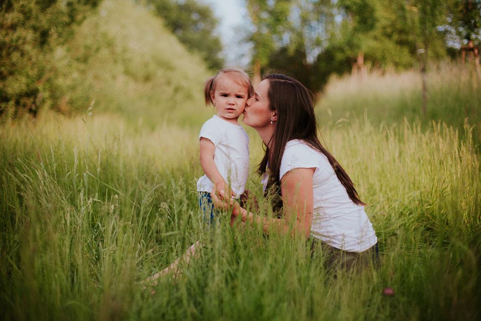 Maminka s holčičkou v přírodě