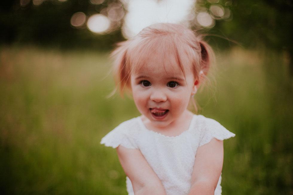 Roztomilá fotka malé holčička v parku