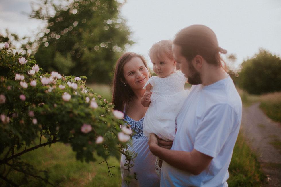 Romantická rodinná fotografie při západu slunce