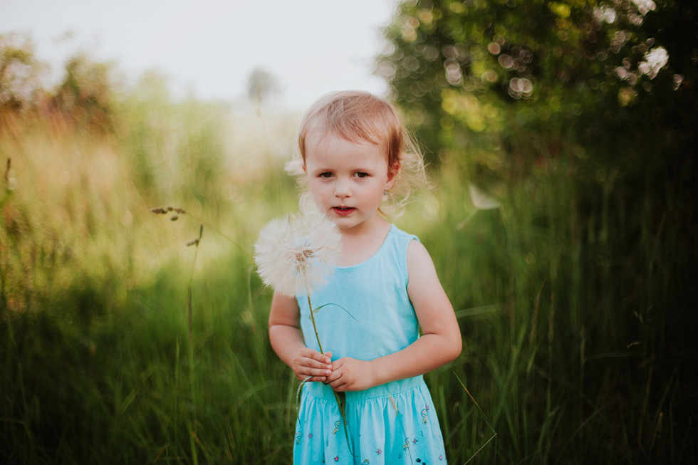 Portrét malé holčičky s pampeliškou