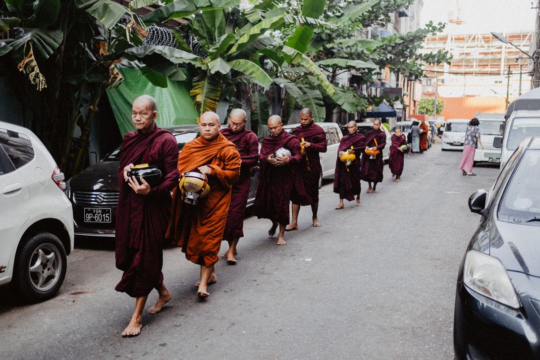 Fotka mnichů na ulici v Barmě Fujifilm X-T3 + Fujifilm XF 18-55/2.8-4